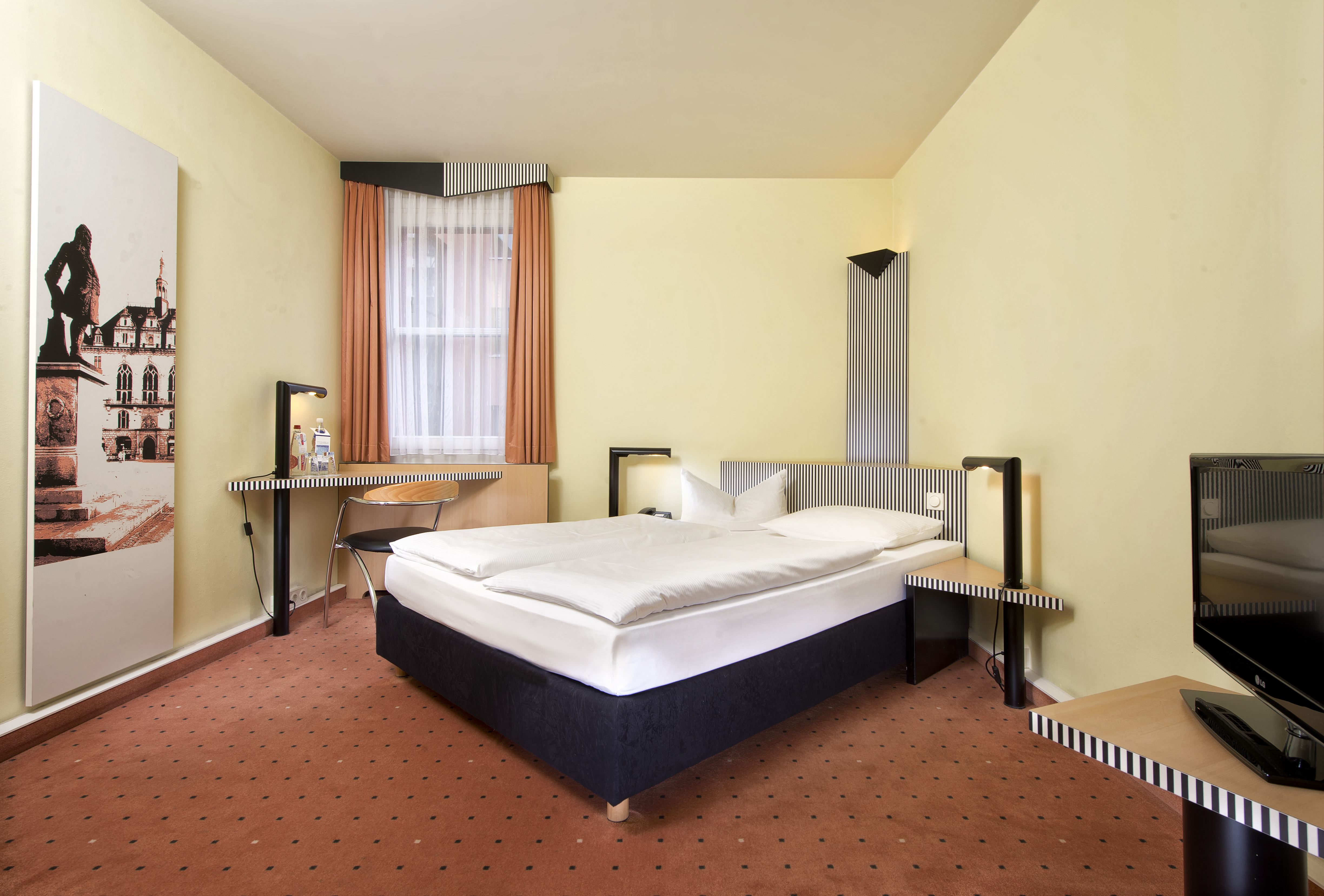 Business travellers! Click here - what do you think of hotel room designs?